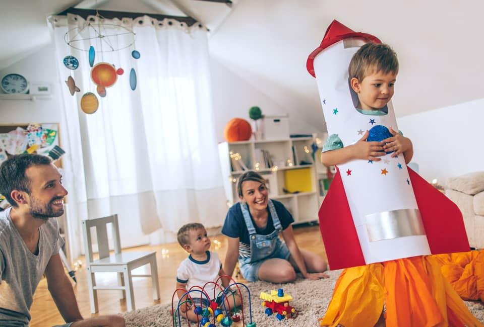 Familie spielt im Kinderzimmer