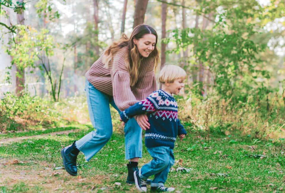 Mutter und Kind spielen draußen
