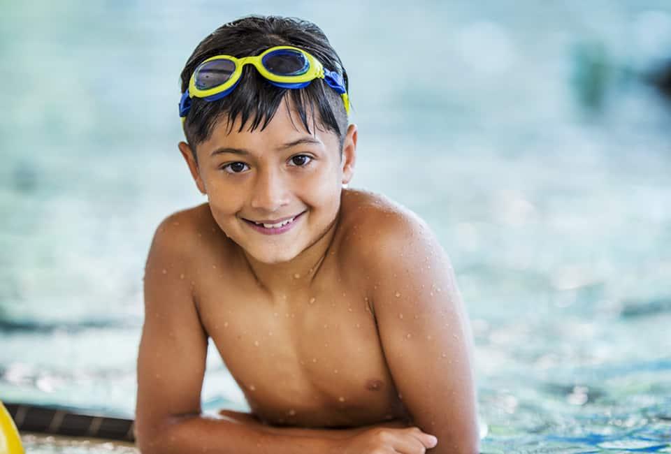 Junge mit Taucherbrille im Wasser