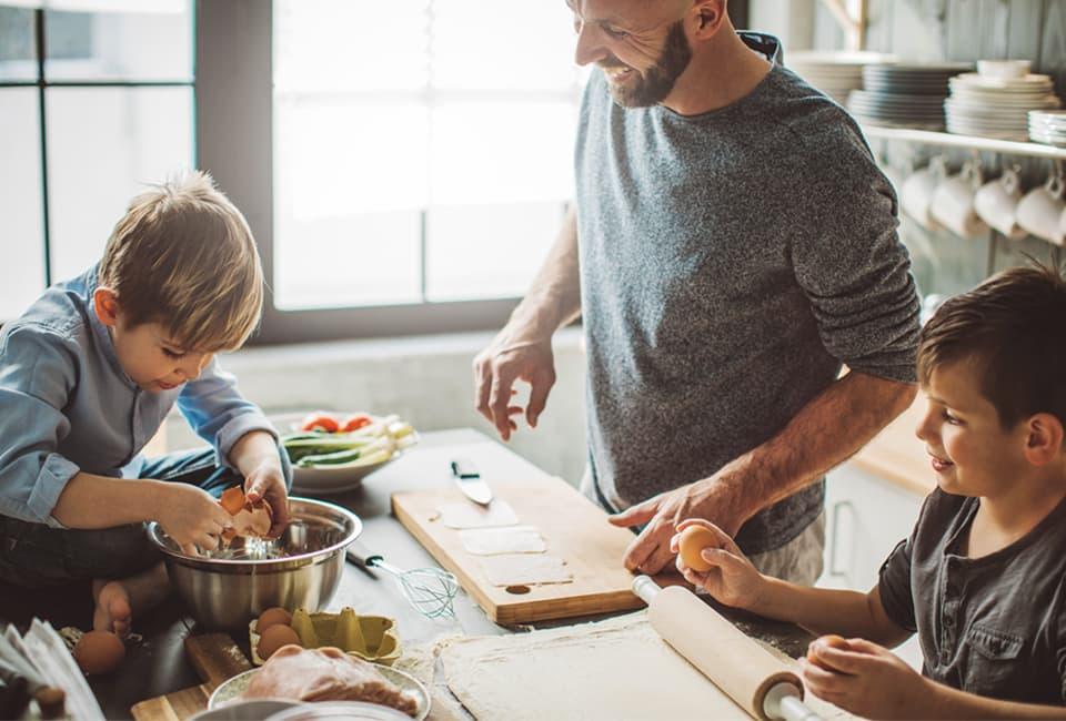 Vater und Söhne beim gemeinsamen Kochen