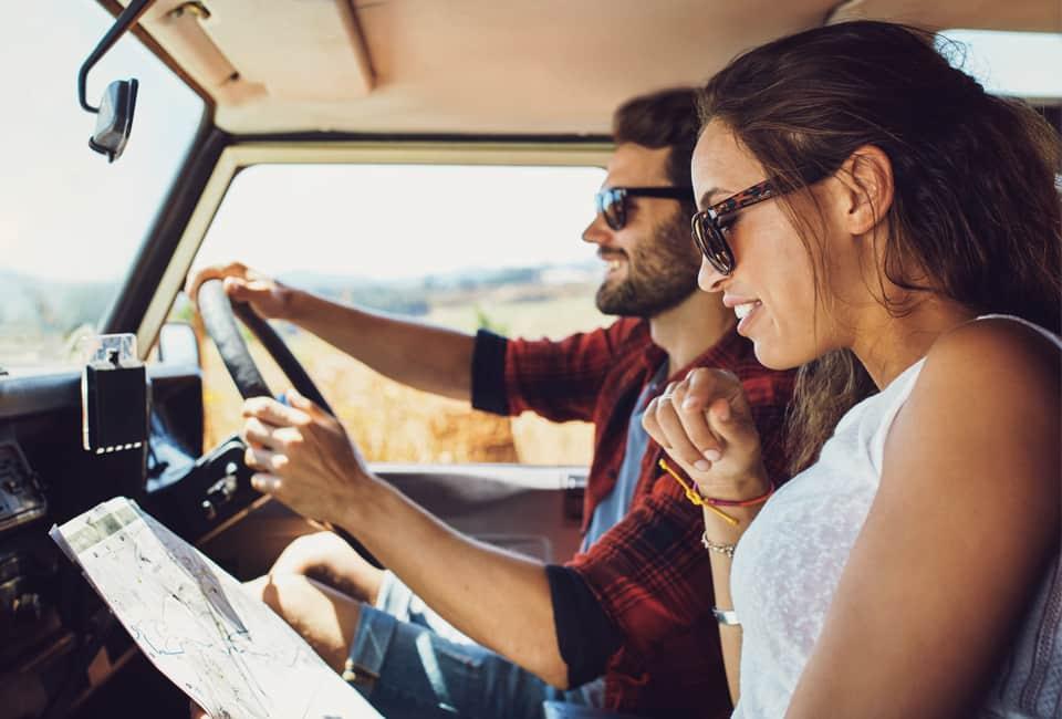 Junger Mann und junge Frau im Auto