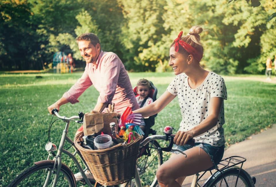 Junge Familie bei Fahrradtour