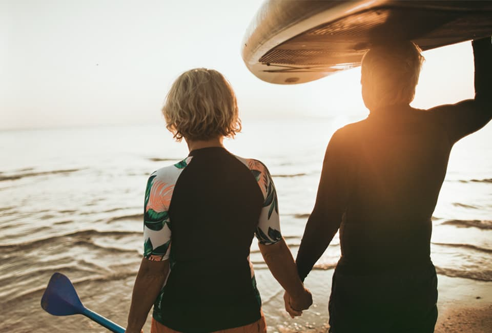 Paar mit Kanu im Wasser