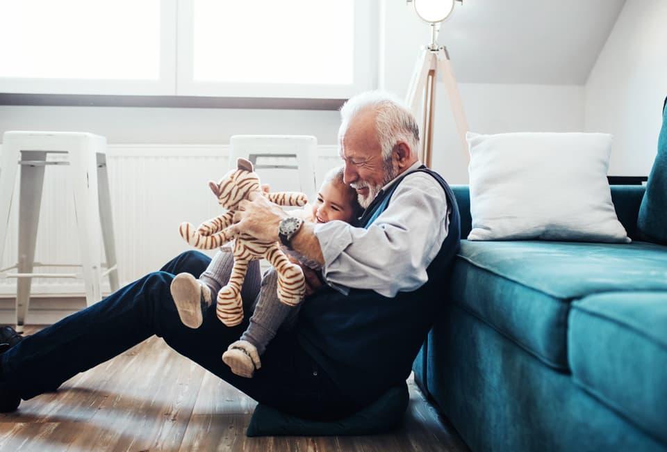 Opa und Enkelkind beim Spielen