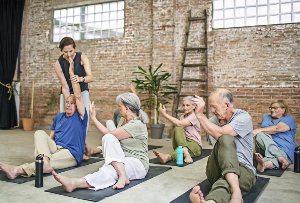 Senioren beim Yoga