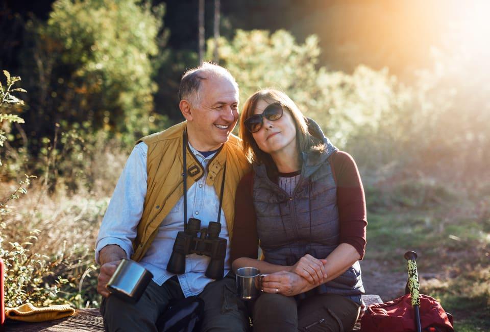 Paar sitzt in der Natur