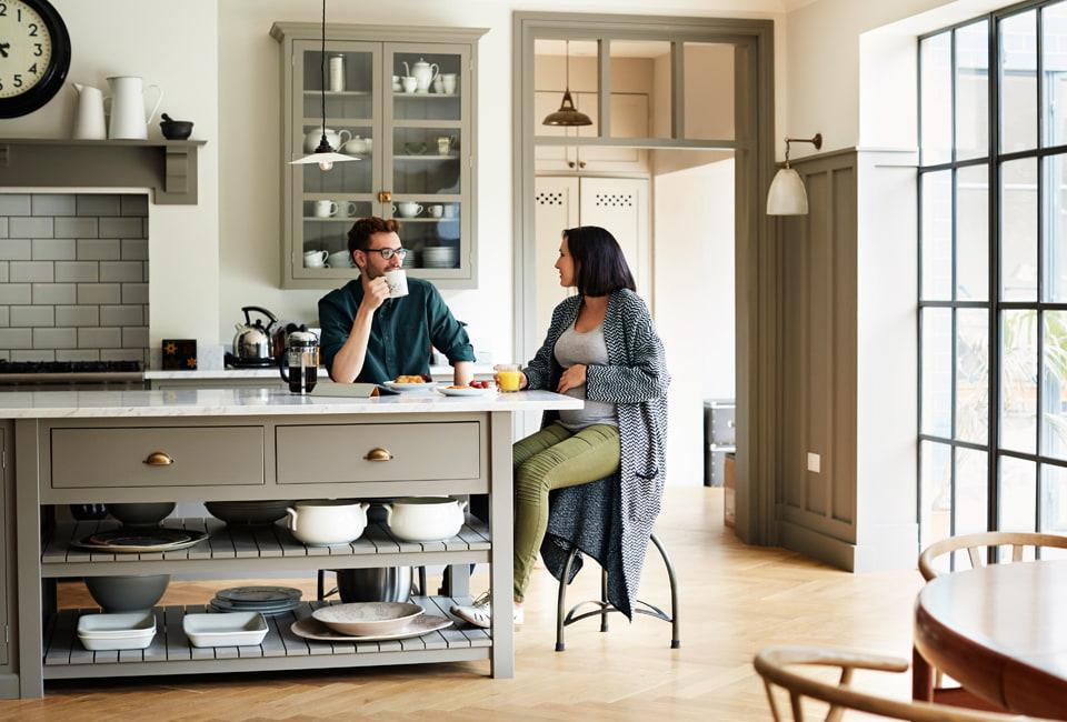 Mann und Frau sitzen in der Küche