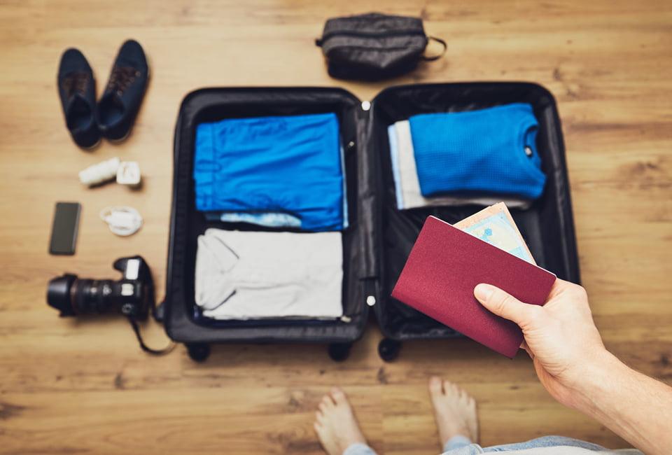 Reisepass und gepackter Koffer