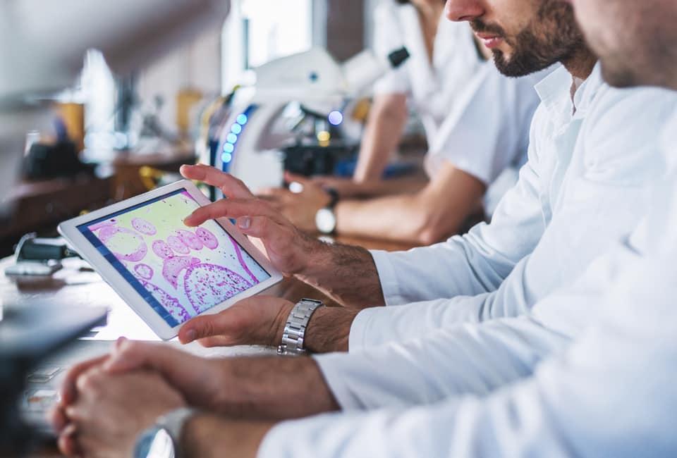 Männer mit Tablet im Labor
