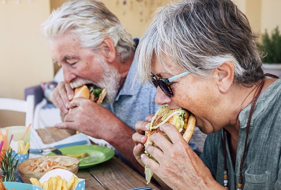 Paar isst Burger