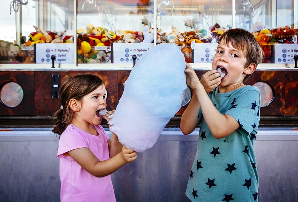 Kinder mit Zuckerwatte