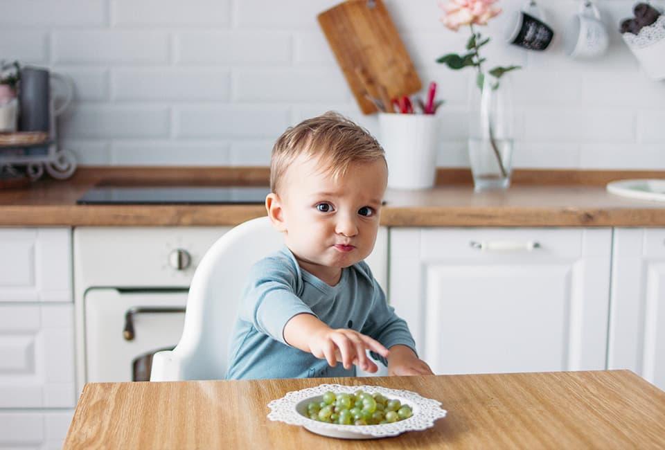 Kleinkind mit Weintrauben
