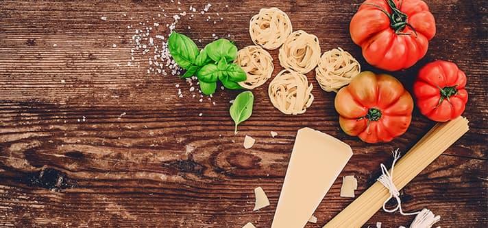 Nudeln mit Tomaten und Basilikum